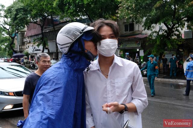 Hà Nội: Hơn 93.000 học sinh đội mưa dự thi vào lớp 10 - Ảnh 15.