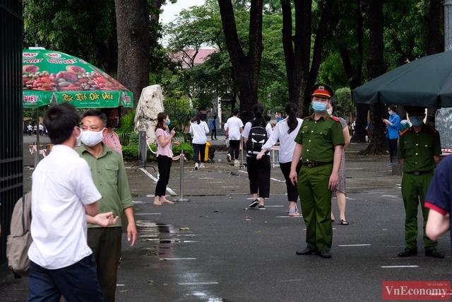 Hà Nội: Hơn 93.000 học sinh đội mưa dự thi vào lớp 10 - Ảnh 17.
