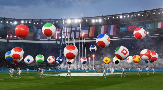 Mãn nhãn với lễ khai mạc Euro 2021: Bữa tiệc màu sắc đầy ấn tượng mang nhiều thông điệp ý nghĩa - Ảnh 3.