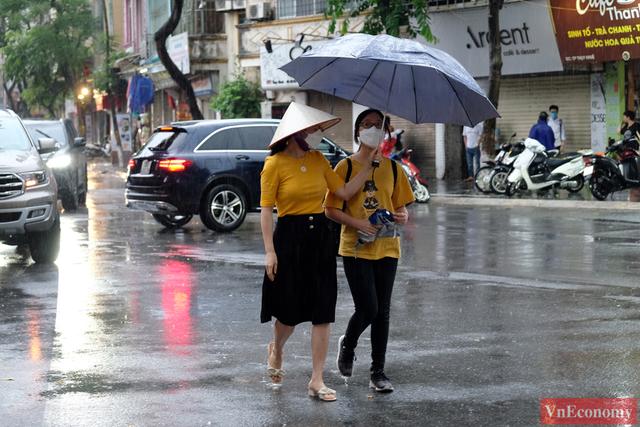 Hà Nội: Hơn 93.000 học sinh đội mưa dự thi vào lớp 10 - Ảnh 3.