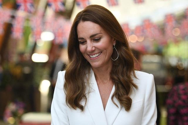 Công nương Kate đọ sắc với các Đệ nhất phu nhân trong bộ đầm giản dị, trở thành tâm điểm chú ý bởi loạt hành động tinh tế - Ảnh 4.