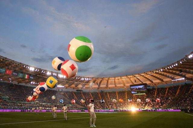 Mãn nhãn với lễ khai mạc Euro 2021: Bữa tiệc màu sắc đầy ấn tượng mang nhiều thông điệp ý nghĩa - Ảnh 4.