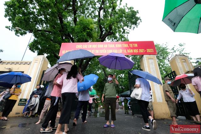 Hà Nội: Hơn 93.000 học sinh đội mưa dự thi vào lớp 10 - Ảnh 4.