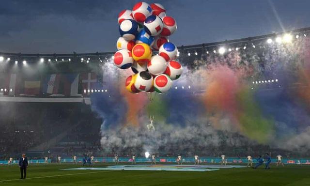Mãn nhãn với lễ khai mạc Euro 2021: Bữa tiệc màu sắc đầy ấn tượng mang nhiều thông điệp ý nghĩa - Ảnh 5.
