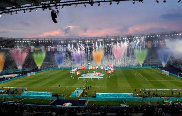Mãn nhãn với lễ khai mạc Euro 2021: Bữa tiệc màu sắc đầy ấn tượng mang nhiều thông điệp ý nghĩa - Ảnh 6.