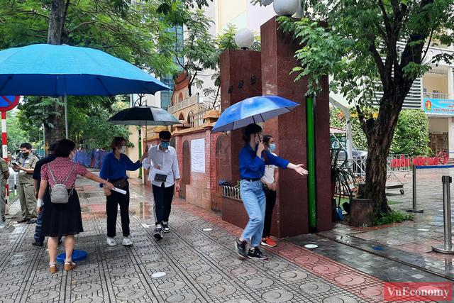Hà Nội: Hơn 93.000 học sinh đội mưa dự thi vào lớp 10 - Ảnh 6.