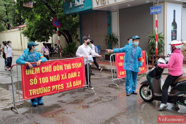Hà Nội: Hơn 93.000 học sinh đội mưa dự thi vào lớp 10 - Ảnh 7.