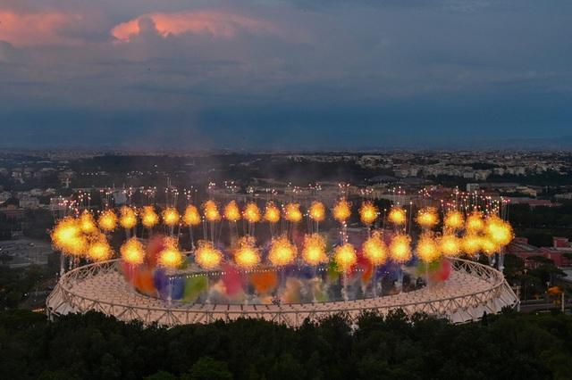 Mãn nhãn với lễ khai mạc Euro 2021: Bữa tiệc màu sắc đầy ấn tượng mang nhiều thông điệp ý nghĩa - Ảnh 8.