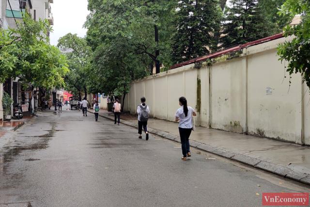 Hà Nội: Hơn 93.000 học sinh đội mưa dự thi vào lớp 10 - Ảnh 8.