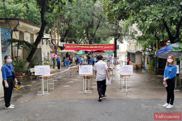 Hà Nội: Hơn 93.000 học sinh đội mưa dự thi vào lớp 10 - Ảnh 9.