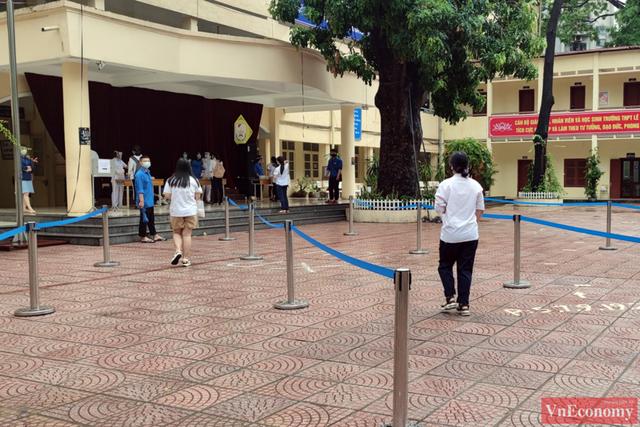 Hà Nội: Hơn 93.000 học sinh đội mưa dự thi vào lớp 10 - Ảnh 10.