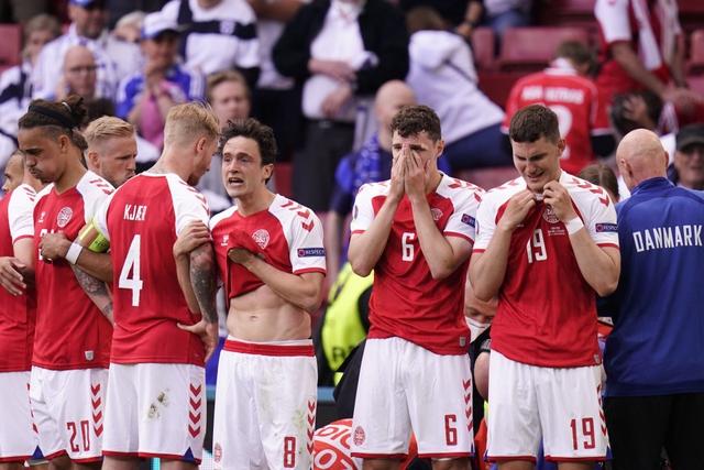 Khoảnh khắc cầu thủ Đan Mạch bất ngờ gục ngã ngay giữa trận đấu khiến cả thế giới bàng hoàng, bật khóc: Ronaldo gửi lời chúc bình an, bác sĩ lý giải nguyên nhân - Ảnh 1.