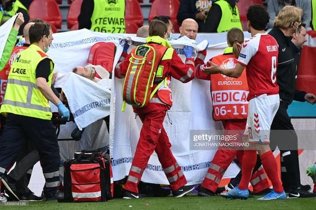 Ảnh: Vợ ngôi sao tuyển Đan Mạch leo rào, bật khóc trong vòng tay đồng đội khi thấy chồng mình đột quỵ - Ảnh 2.