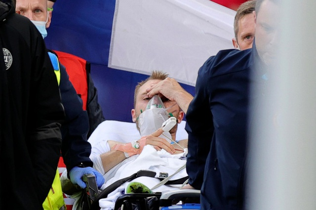 Cầu thủ Christian Eriksen bất ngờ đổ gục xuống sân trong khi đang thi đấu: Quy trình cấp cứu chuyên nghiệp đã giúp anh chiến thắng tử thần - Ảnh 2.