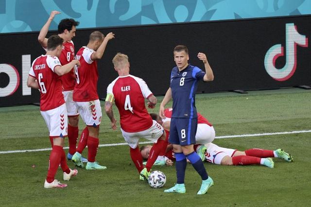 Cầu thủ Christian Eriksen bất ngờ đổ gục xuống sân trong khi đang thi đấu: Quy trình cấp cứu chuyên nghiệp đã giúp anh chiến thắng tử thần - Ảnh 3.