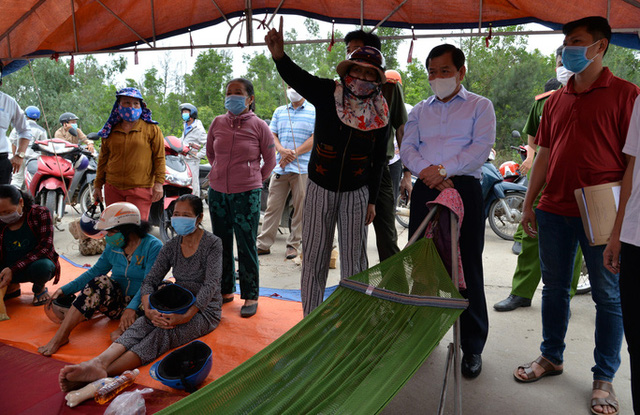 Quảng Ngãi: Chủ tịch tỉnh xin lỗi người dân đang tụ tập trước cổng Nhà máy thép Hòa Phát - Ảnh 1.