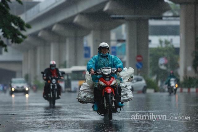 Bão số 2: Người Hà Nội chật vật ra đường trong mưa lớn, gió giật, cần chú ý cảnh giác thời tiết nguy hiểm - Ảnh 1.