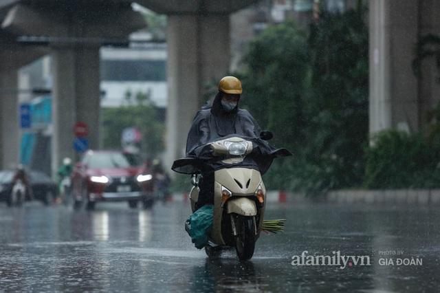 Bão số 2: Người Hà Nội chật vật ra đường trong mưa lớn, gió giật, cần chú ý cảnh giác thời tiết nguy hiểm - Ảnh 2.