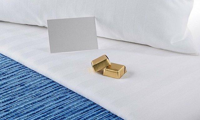 Bí mật viên kẹo chocolate nhân viên buồng phòng đặt trên giường của khách mỗi tối, hóa ra đó là cách chiều thượng đế không phải dạng vừa của các khách sạn 5 sao - Ảnh 1.