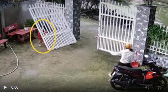 Chiếc cổng sắt bất ngờ đổ sập, đè trúng 2 bé gái: Hiểm họa khôn lường từ trò chơi con trẻ, phụ huynh có thấy cũng thường bỏ qua vì không lường trước được - Ảnh 2.