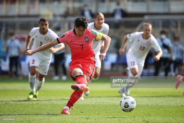Son Heung-min ăn mừng giống hệt Quế Ngọc Hải, Hàn Quốc loại bớt một địch thủ cho ĐT Việt Nam - Ảnh 2.