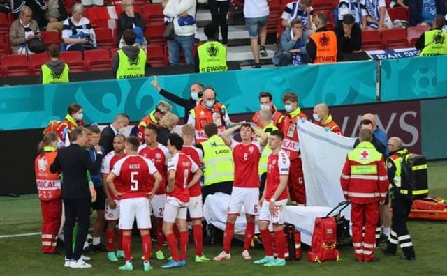 Tình người xúc động ở khoảnh khắc Eriksen ngã xuống: Đồng đội cứu đồng đội, cả khán đài rơi nước mắt cầu nguyện - Ảnh 11.