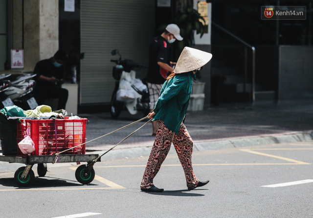 Ảnh: Xót xa những phận đời chật vật mưu sinh trong những ngày giãn cách xã hội ở Sài Gòn - Ảnh 12.