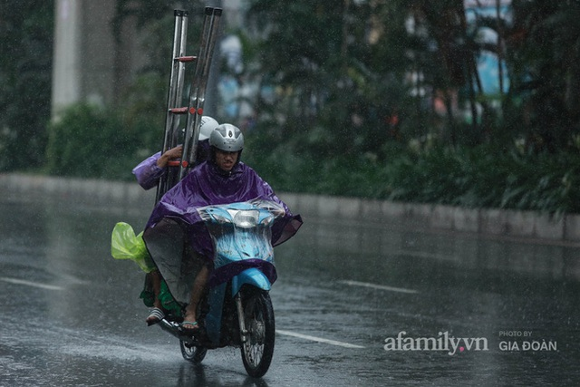 Bão số 2: Người Hà Nội chật vật ra đường trong mưa lớn, gió giật, cần chú ý cảnh giác thời tiết nguy hiểm - Ảnh 7.