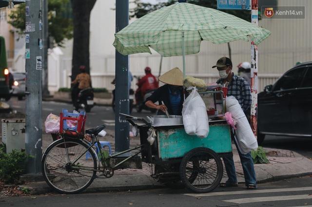Ảnh: Xót xa những phận đời chật vật mưu sinh trong những ngày giãn cách xã hội ở Sài Gòn - Ảnh 14.