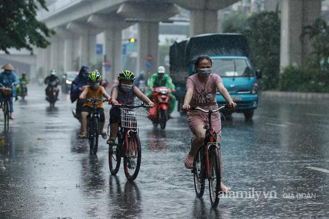 Bão số 2: Người Hà Nội chật vật ra đường trong mưa lớn, gió giật, cần chú ý cảnh giác thời tiết nguy hiểm - Ảnh 8.