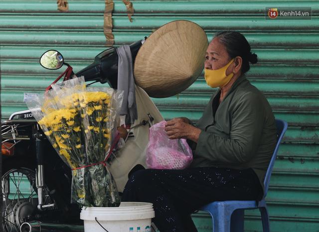 Ảnh: Xót xa những phận đời chật vật mưu sinh trong những ngày giãn cách xã hội ở Sài Gòn - Ảnh 15.