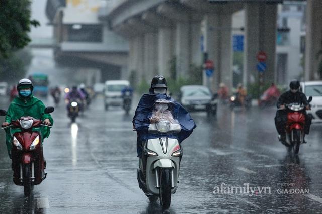 Bão số 2: Người Hà Nội chật vật ra đường trong mưa lớn, gió giật, cần chú ý cảnh giác thời tiết nguy hiểm - Ảnh 9.