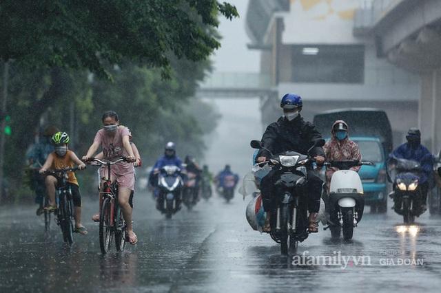 Bão số 2: Người Hà Nội chật vật ra đường trong mưa lớn, gió giật, cần chú ý cảnh giác thời tiết nguy hiểm - Ảnh 10.