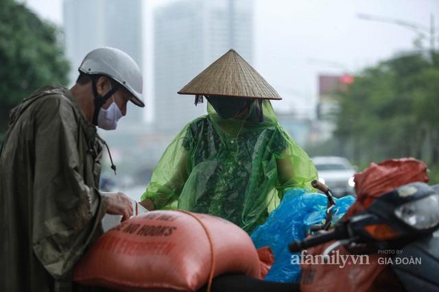 Bão số 2: Người Hà Nội chật vật ra đường trong mưa lớn, gió giật, cần chú ý cảnh giác thời tiết nguy hiểm - Ảnh 11.