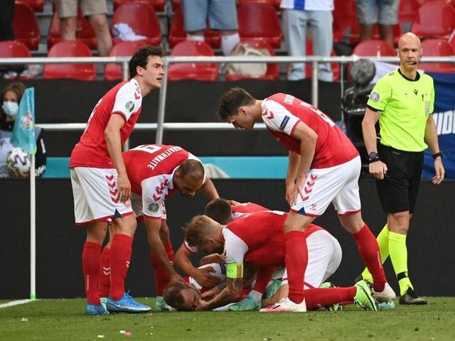 Cầu thủ Christian Eriksen bất ngờ đổ gục xuống sân trong khi đang thi đấu: Quy trình cấp cứu chuyên nghiệp đã giúp anh chiến thắng tử thần - Ảnh 4.