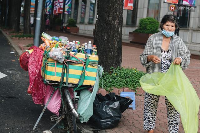 Ảnh: Xót xa những phận đời chật vật mưu sinh trong những ngày giãn cách xã hội ở Sài Gòn - Ảnh 3.