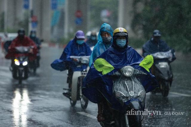 Bão số 2: Người Hà Nội chật vật ra đường trong mưa lớn, gió giật, cần chú ý cảnh giác thời tiết nguy hiểm - Ảnh 3.