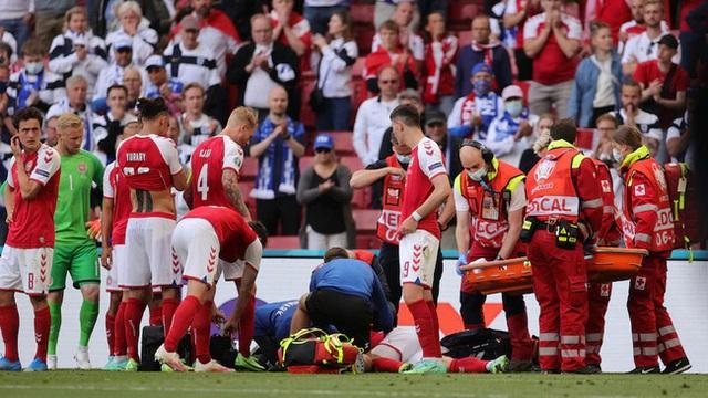Cầu thủ Christian Eriksen bất ngờ đổ gục xuống sân trong khi đang thi đấu: Quy trình cấp cứu chuyên nghiệp đã giúp anh chiến thắng tử thần - Ảnh 6.