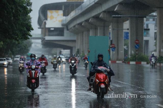 Bão số 2: Người Hà Nội chật vật ra đường trong mưa lớn, gió giật, cần chú ý cảnh giác thời tiết nguy hiểm - Ảnh 4.