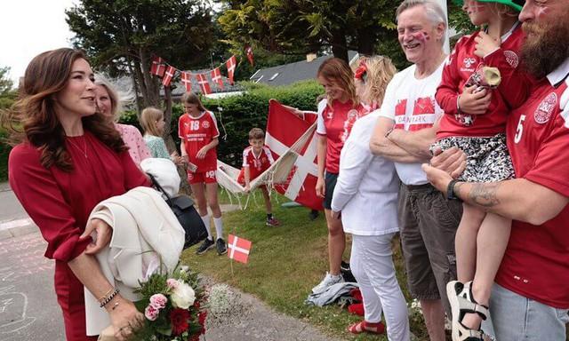 Công nương Đan Mạch bật khóc trên khán đài khi chứng kiến Eriksen bất tỉnh trên sân và có lời chia sẻ xúc động lan tỏa khắp MXH - Ảnh 6.
