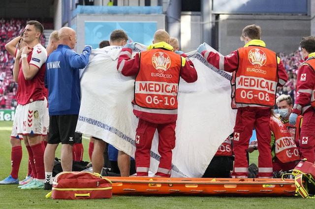 Cầu thủ Christian Eriksen bất ngờ đổ gục xuống sân trong khi đang thi đấu: Quy trình cấp cứu chuyên nghiệp đã giúp anh chiến thắng tử thần - Ảnh 8.