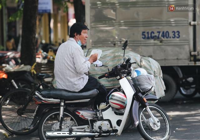 Ảnh: Xót xa những phận đời chật vật mưu sinh trong những ngày giãn cách xã hội ở Sài Gòn - Ảnh 7.