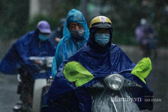 Bão số 2: Người Hà Nội chật vật ra đường trong mưa lớn, gió giật, cần chú ý cảnh giác thời tiết nguy hiểm - Ảnh 5.
