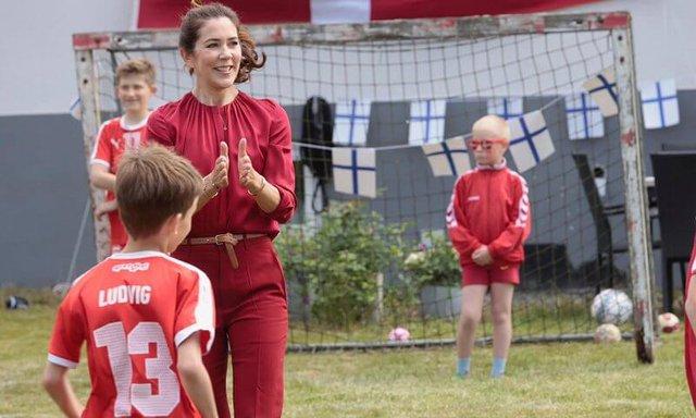Công nương Đan Mạch bật khóc trên khán đài khi chứng kiến Eriksen bất tỉnh trên sân và có lời chia sẻ xúc động lan tỏa khắp MXH - Ảnh 8.