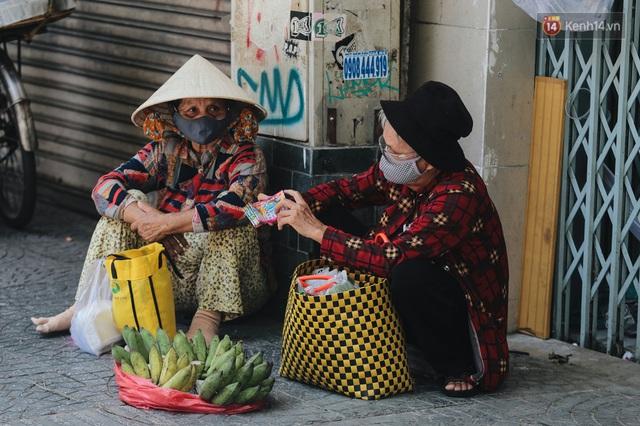 Ảnh: Xót xa những phận đời chật vật mưu sinh trong những ngày giãn cách xã hội ở Sài Gòn - Ảnh 9.