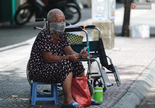 Ảnh: Xót xa những phận đời chật vật mưu sinh trong những ngày giãn cách xã hội ở Sài Gòn - Ảnh 10.