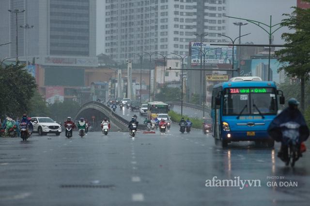 Bão số 2: Người Hà Nội chật vật ra đường trong mưa lớn, gió giật, cần chú ý cảnh giác thời tiết nguy hiểm - Ảnh 6.
