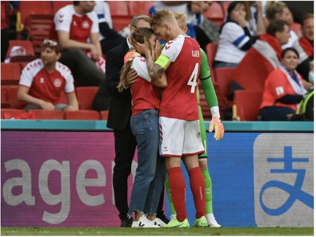 Khoảnh khắc cầu thủ Đan Mạch bất ngờ gục ngã ngay giữa trận đấu khiến cả thế giới bàng hoàng, bật khóc: Ronaldo gửi lời chúc bình an, bác sĩ lý giải nguyên nhân - Ảnh 3.