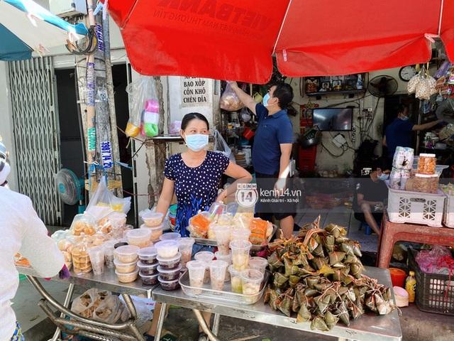 Hôm nay Tết Đoan Ngọ cả Sài Gòn đi chợ sớm: Cơm rượu - bánh tro chiếm hết spotlight, người mua kẻ bán lẹ tay vì sợ con Cô Vít - Ảnh 1.