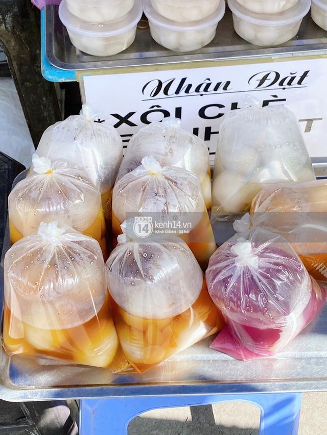 Hôm nay Tết Đoan Ngọ cả Sài Gòn đi chợ sớm: Cơm rượu - bánh tro chiếm hết spotlight, người mua kẻ bán lẹ tay vì sợ con Cô Vít - Ảnh 2.